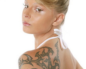 татуировка на плече девушки