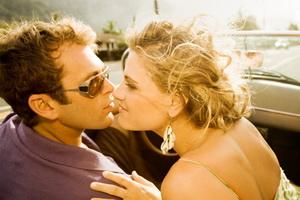 свободные отношения это, женщина целует мужчину