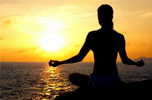 йога на берегу моря, медитация